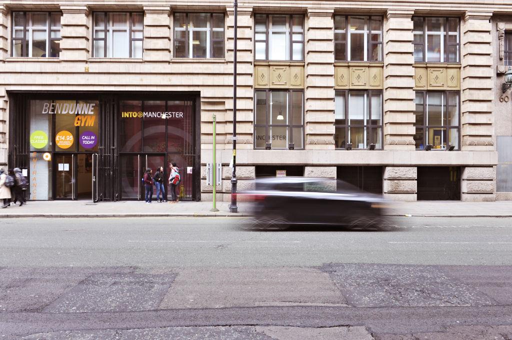 INTO曼彻斯特中心外景 国际学生立于门廊