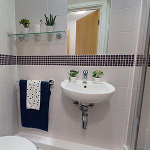 Magenta House en-suite bathroom