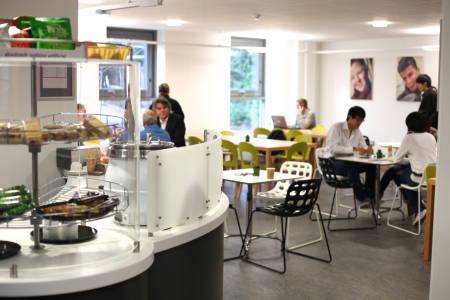 员工与学生在INTO中心咖啡厅用餐