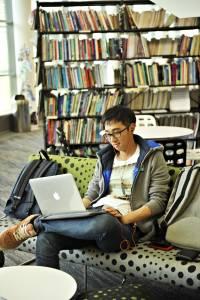 国际学生在学习资源中心使用笔记本电脑学习