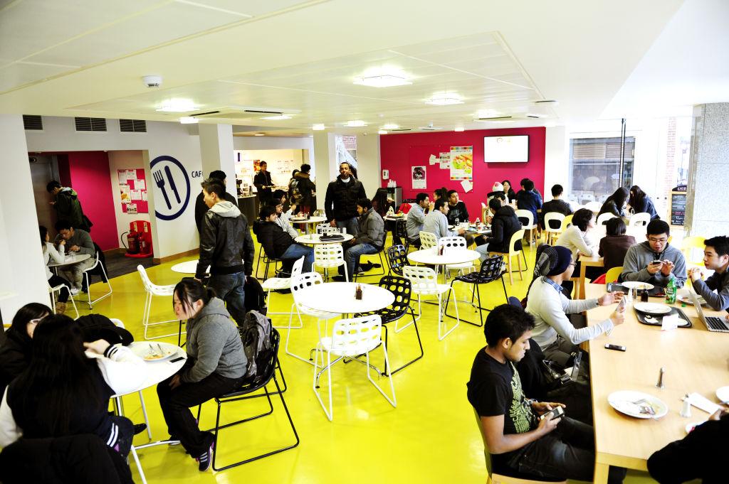 在INTO中心咖啡厅就餐和社交