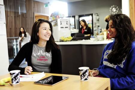 国际学生在INTO中心咖啡厅休息
