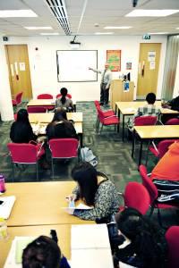 INTO老师在教室内使用白板教授国际学生