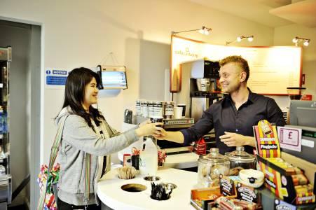 国际学生在INTO咖啡厅向员工点餐