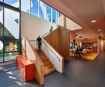 国际学生INTO中心内 可见阶梯与餐厅景观