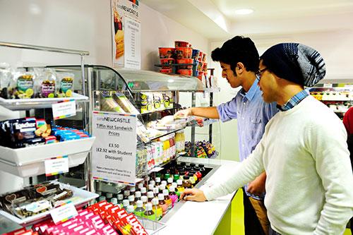 学生在INTO中心的咖啡厅挑选食品