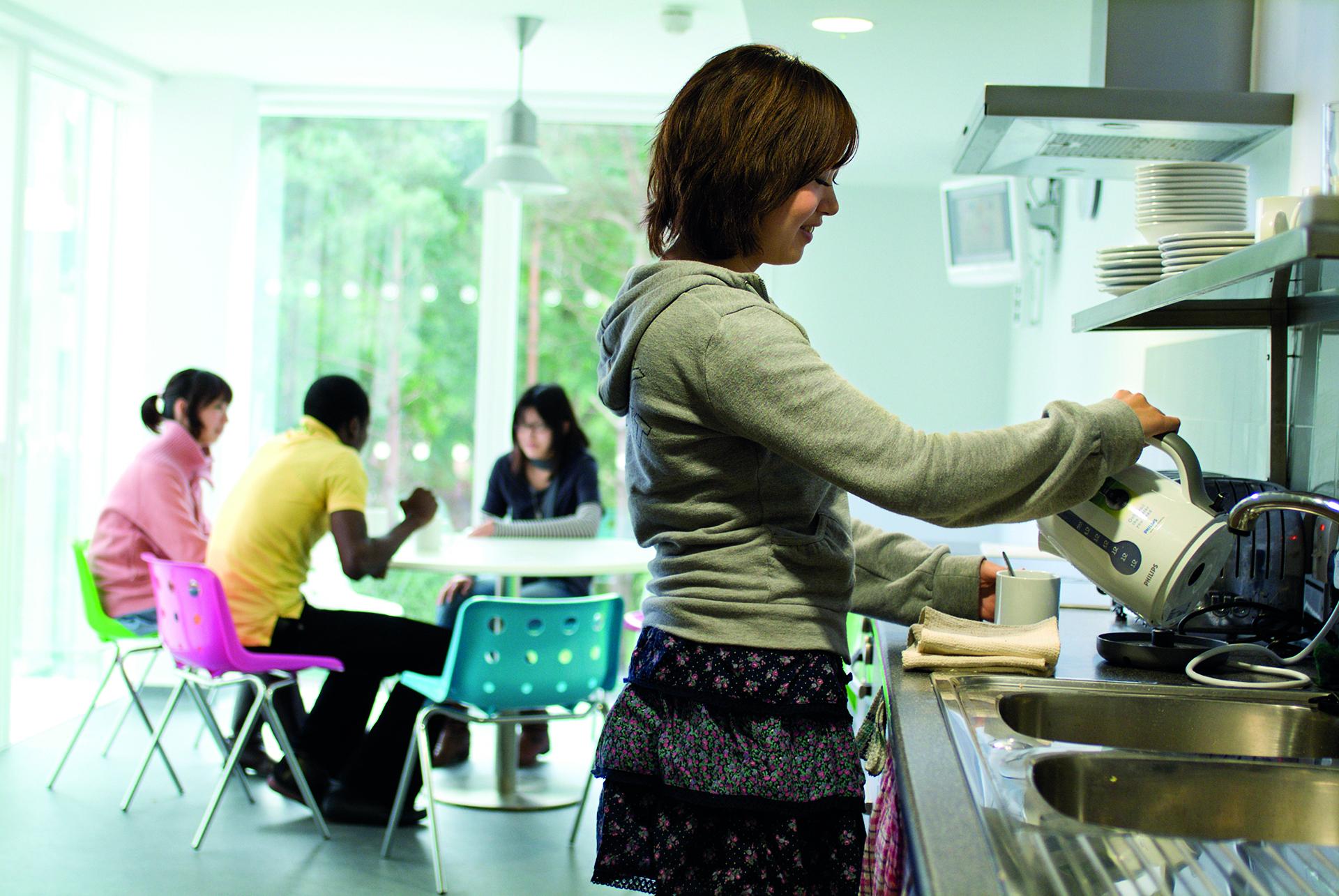 INTO UEA中心学生宿舍内的共用厨房