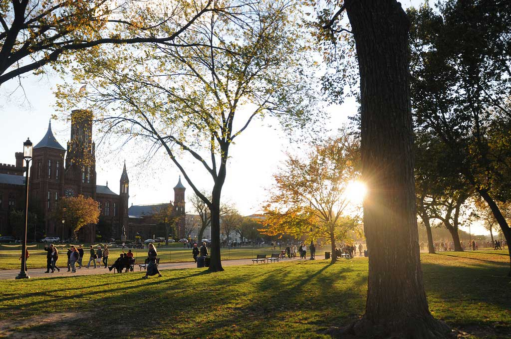 学生们在乔治梅森大学的夕阳下漫步