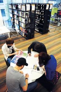 国际学生在学习资源中心书写