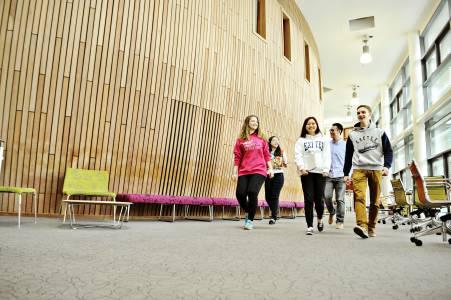 国际学生走进INTO中心