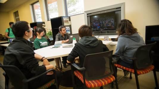 学生们使用科罗拉多州立大学视频界面进行互动
