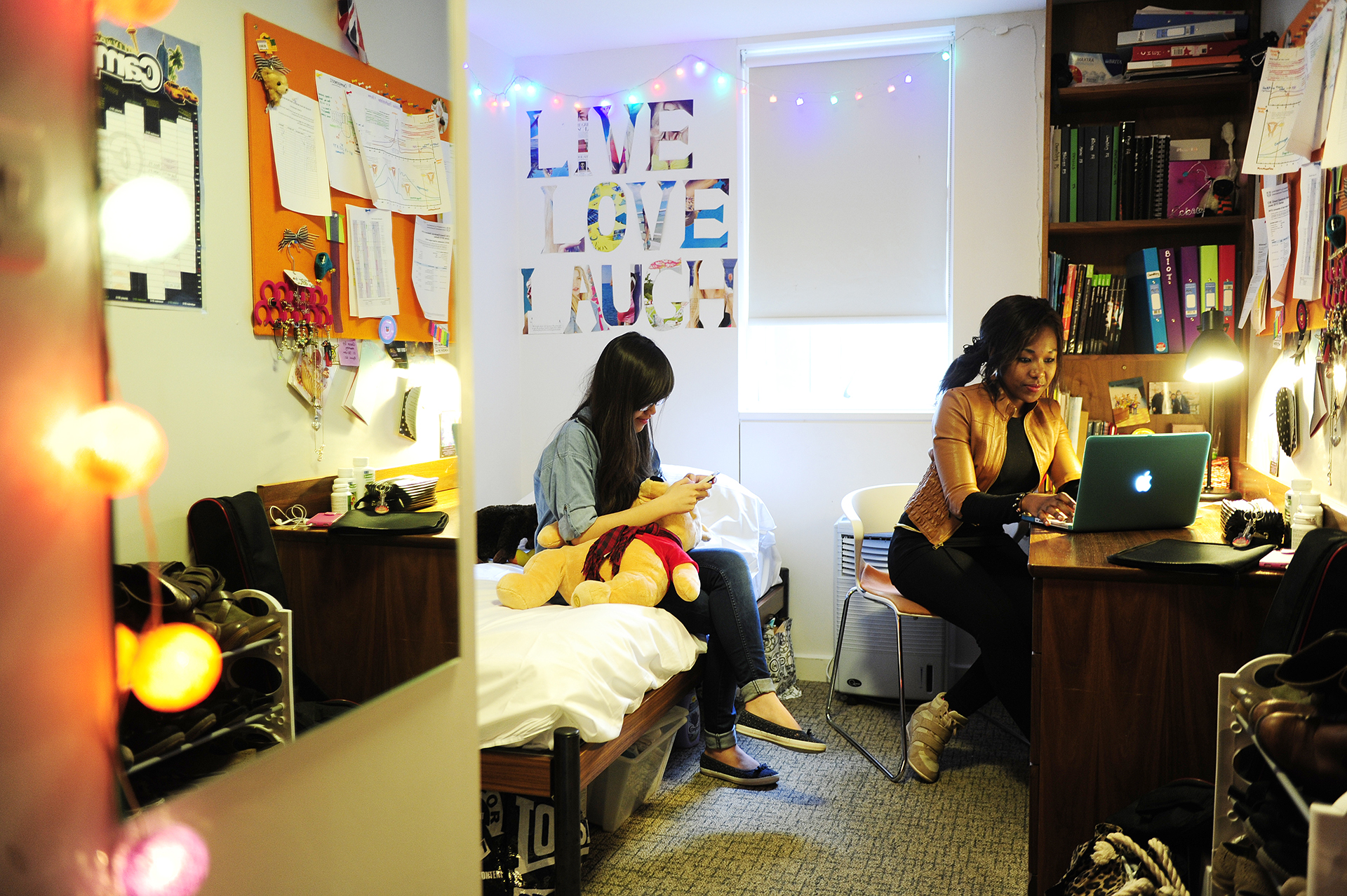学生在INTO东英吉利大学中心的套间内开展社交