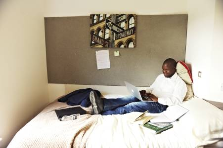 学生在斯特灵大学Beech Court学生宿舍房间内学习