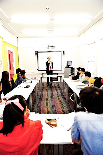 配备教师和白板的国际学生教室