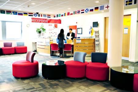 INTO中心前台员工为国际学生提供帮助