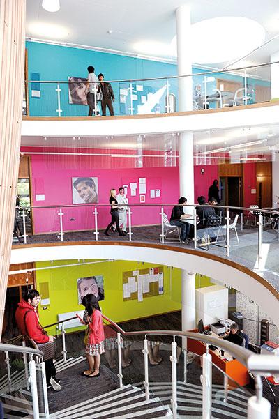 国际学生在INTO中心内的楼梯上
