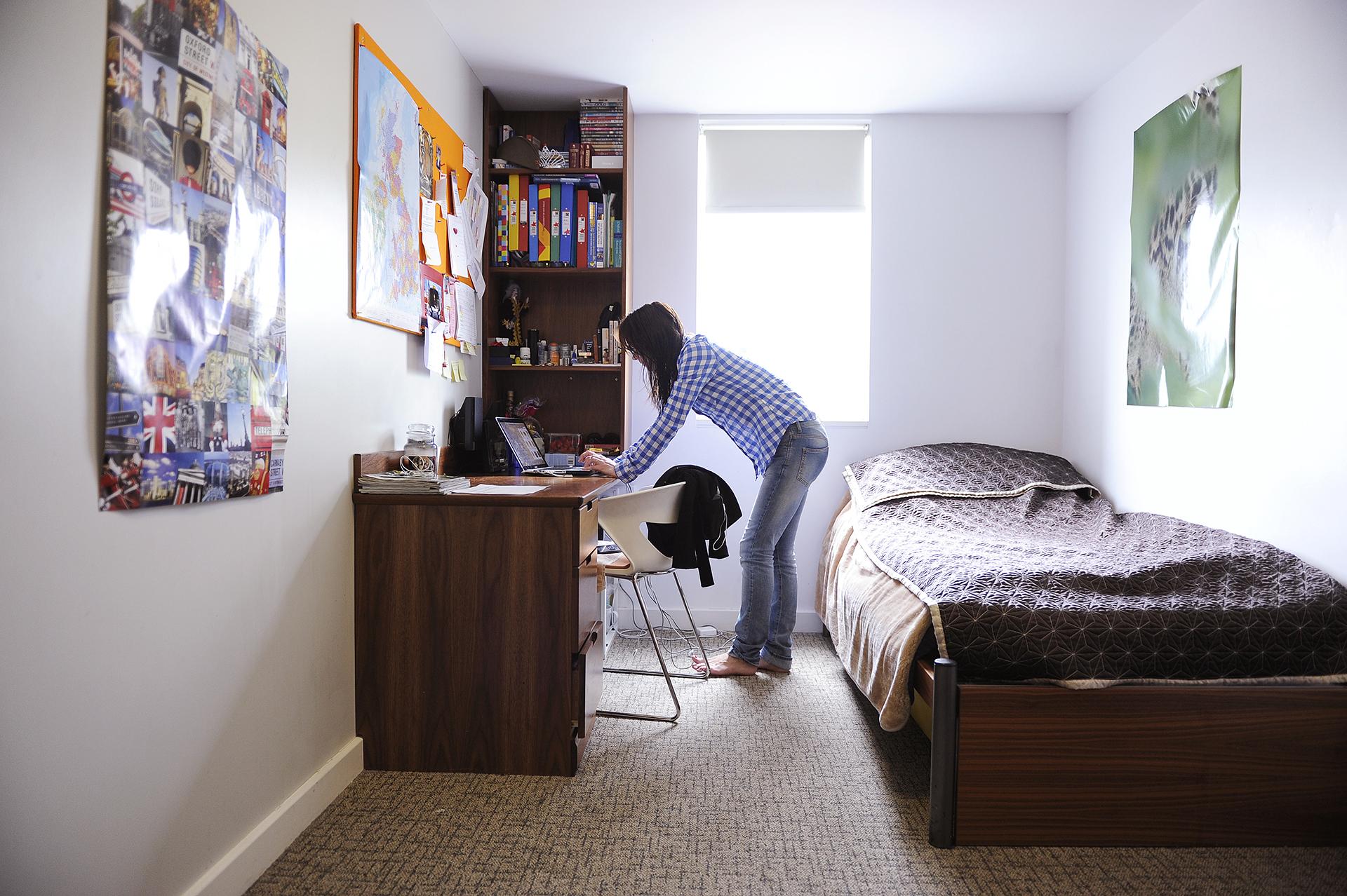 INTO UEA中心学生宿舍内的私人学习卧室