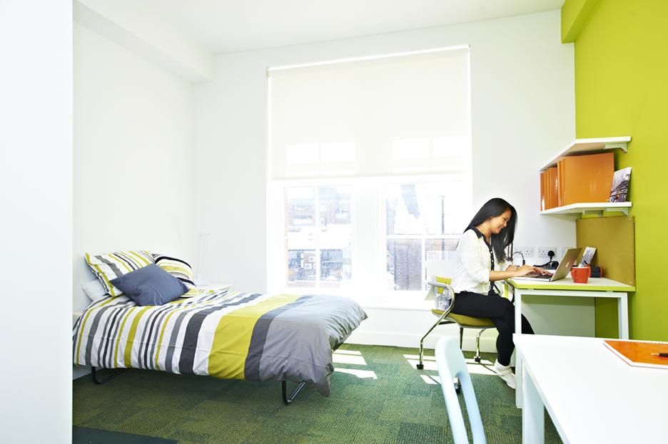 طالبة في استوديو لشخص واحد ضمن مساكن طلاب مركز INTO مجمّع بيرنيسيا Bernicia السكني
