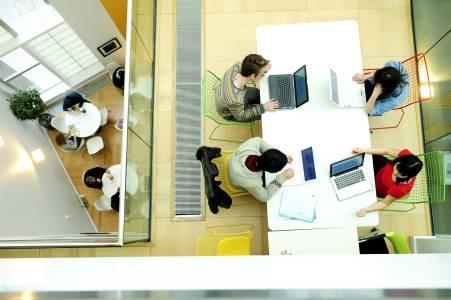 国际学生在INTO中心扩展区工作