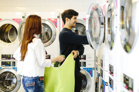 国际学生在Liberty Heights使用洗衣设施